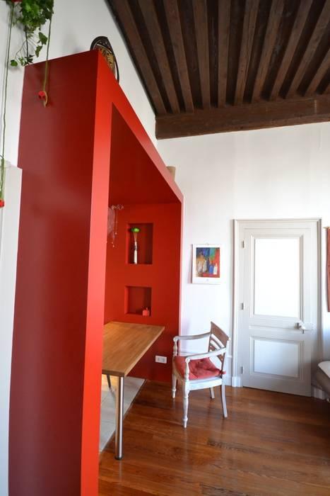 Arche menuisée implantée entre deux espaces, la cuisine et le salon.: Salle à manger de style de style Moderne par Franck VADOT Architecture