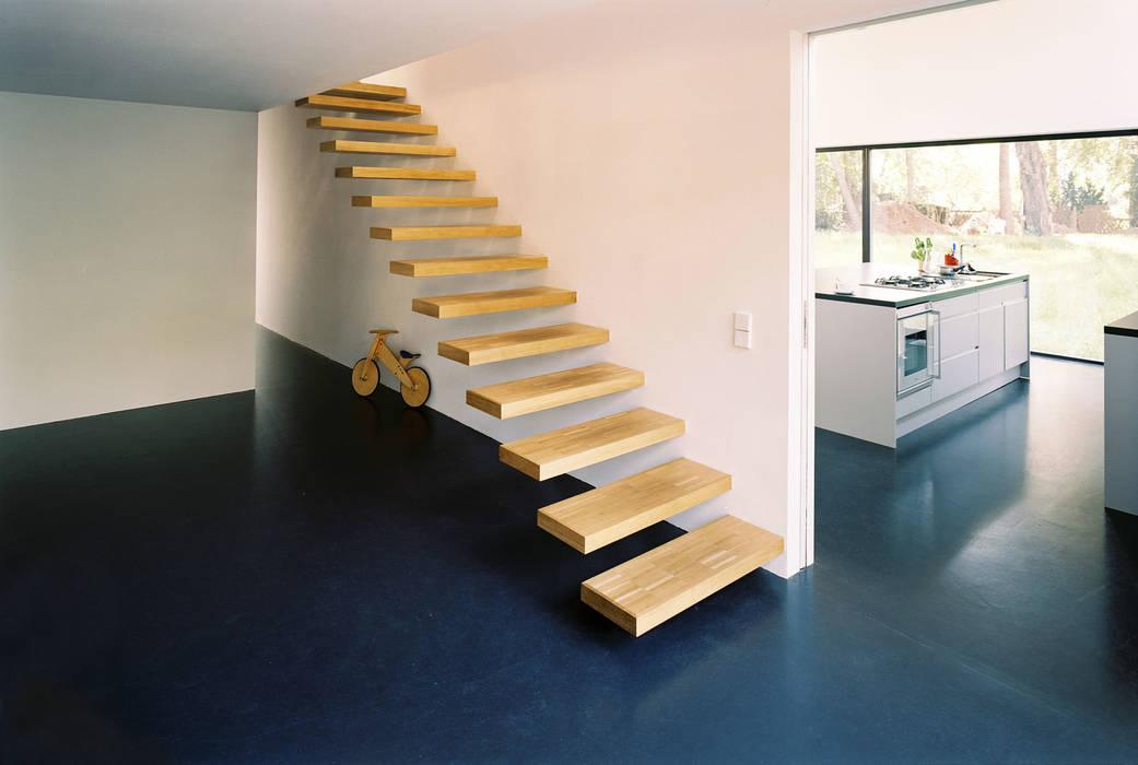Helm Westhaus Architekten Pasillos, vestíbulos y escaleras de estilo minimalista
