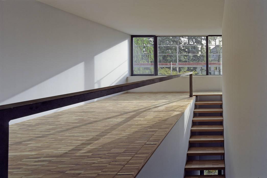 Pasillos, vestíbulos y escaleras de estilo minimalista de Helm Westhaus Architekten Minimalista