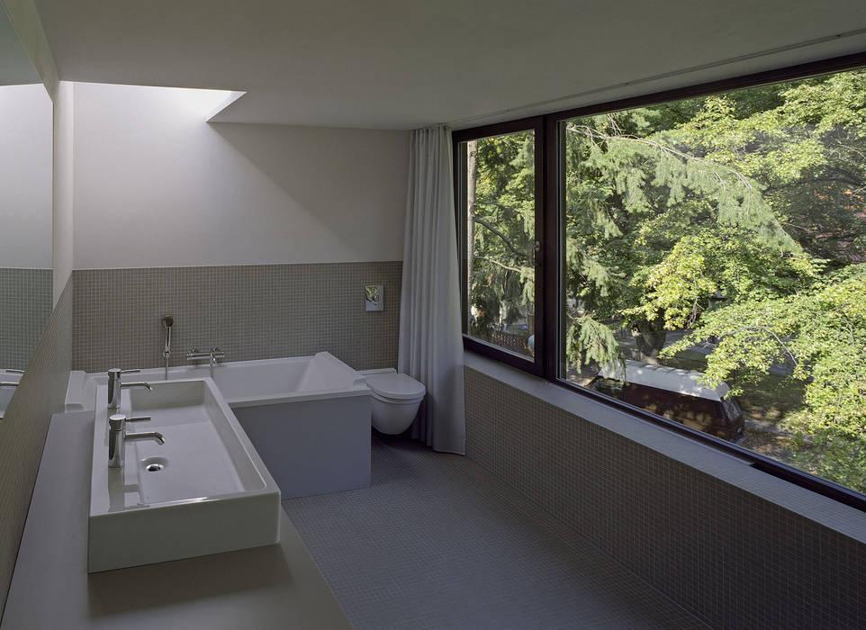 Helm Westhaus Architekten Baños de estilo minimalista