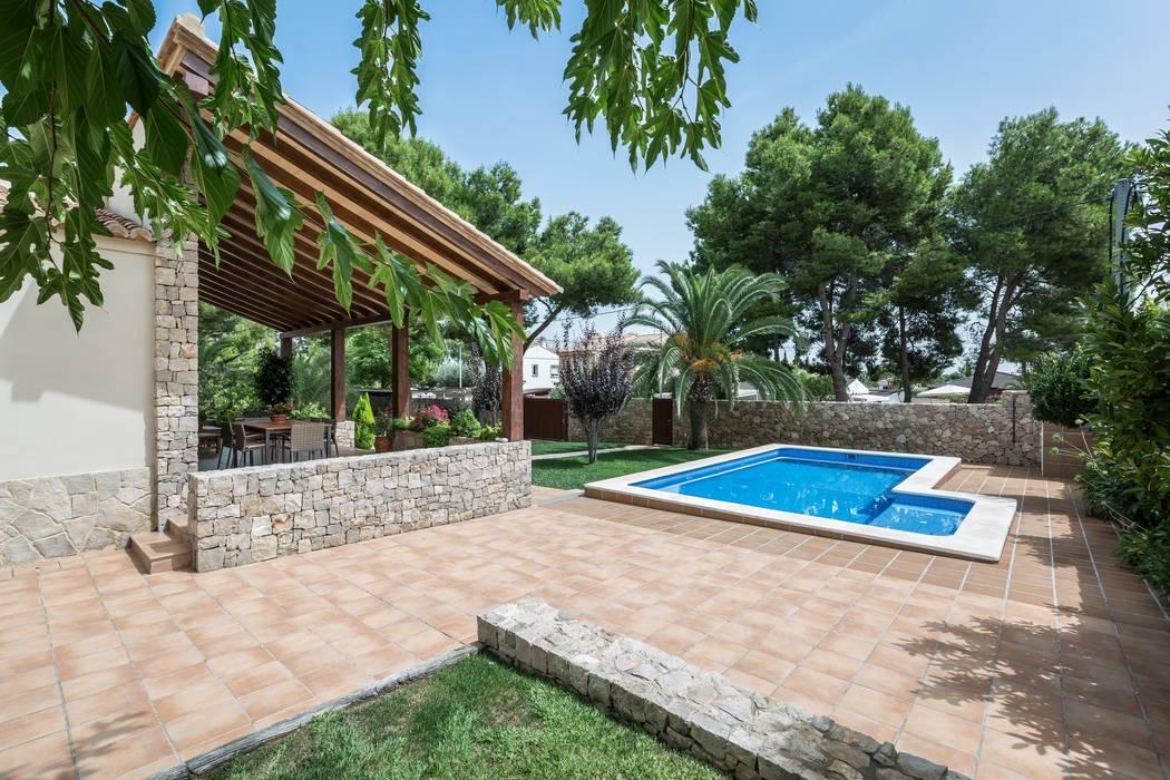 Porche y piscina de LLIBERÓS SALVADOR Arquitectos Rústico
