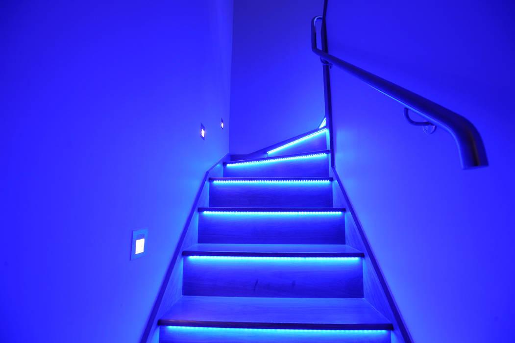 Staircas:  Corridor & hallway by NSI DESIGN LTD, Modern
