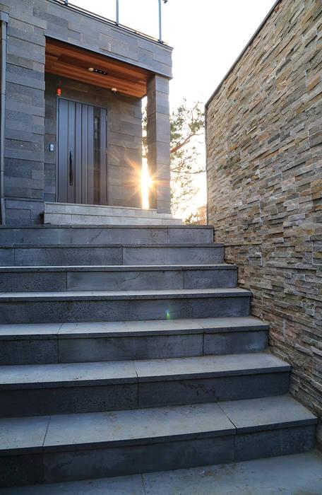 Edge House 포치: OUA 오유에이의  주택