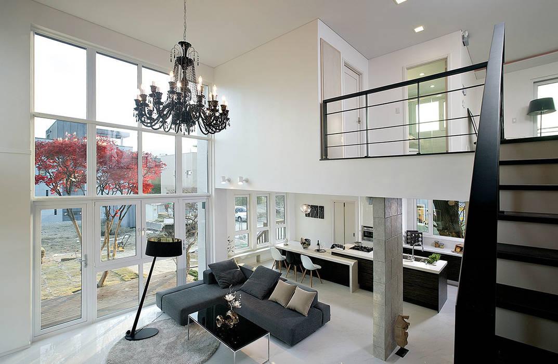 2층의 계단에서 바라본 거실과 식당: OUA 오유에이의  거실