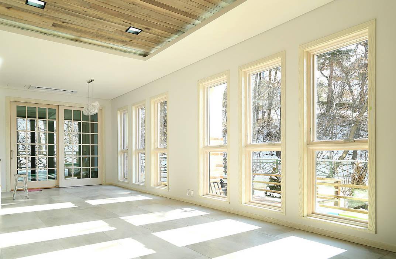 거실에 비치는 따뜻한 햇살: OUA 오유에이의  거실