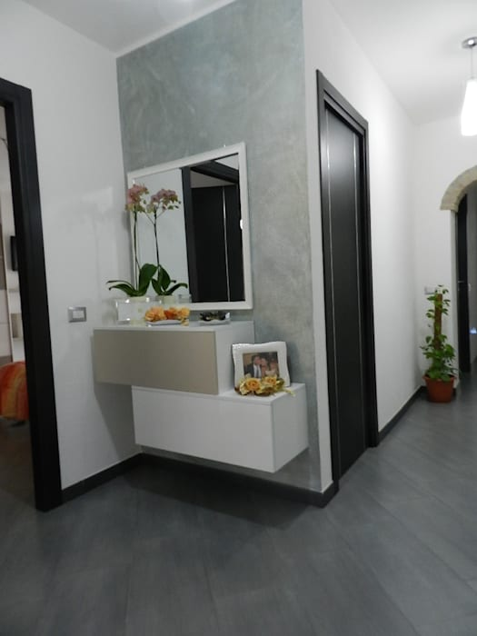 Pasillos, vestíbulos y escaleras de estilo moderno de SOGEDI costruzioni Moderno
