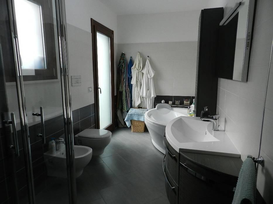 Baños de estilo moderno de SOGEDI costruzioni Moderno