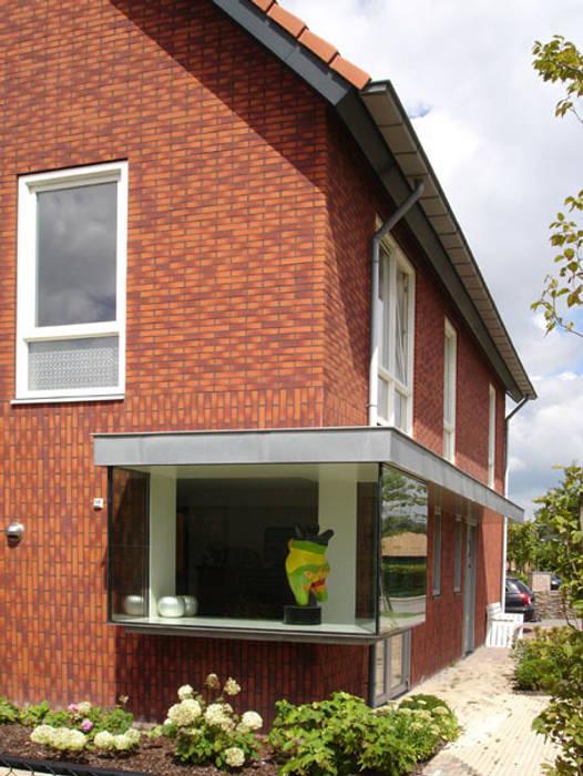 Glazen erker overhoeks.:  Woonkamer door PAA  Pattynama Ahaus Architectuur