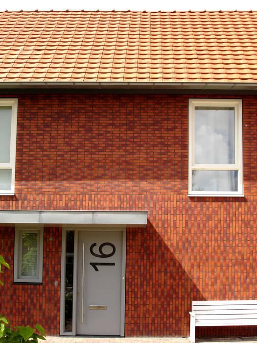 Voorgevel met entree Moderne huizen van PAA Pattynama Ahaus Architectuur Modern