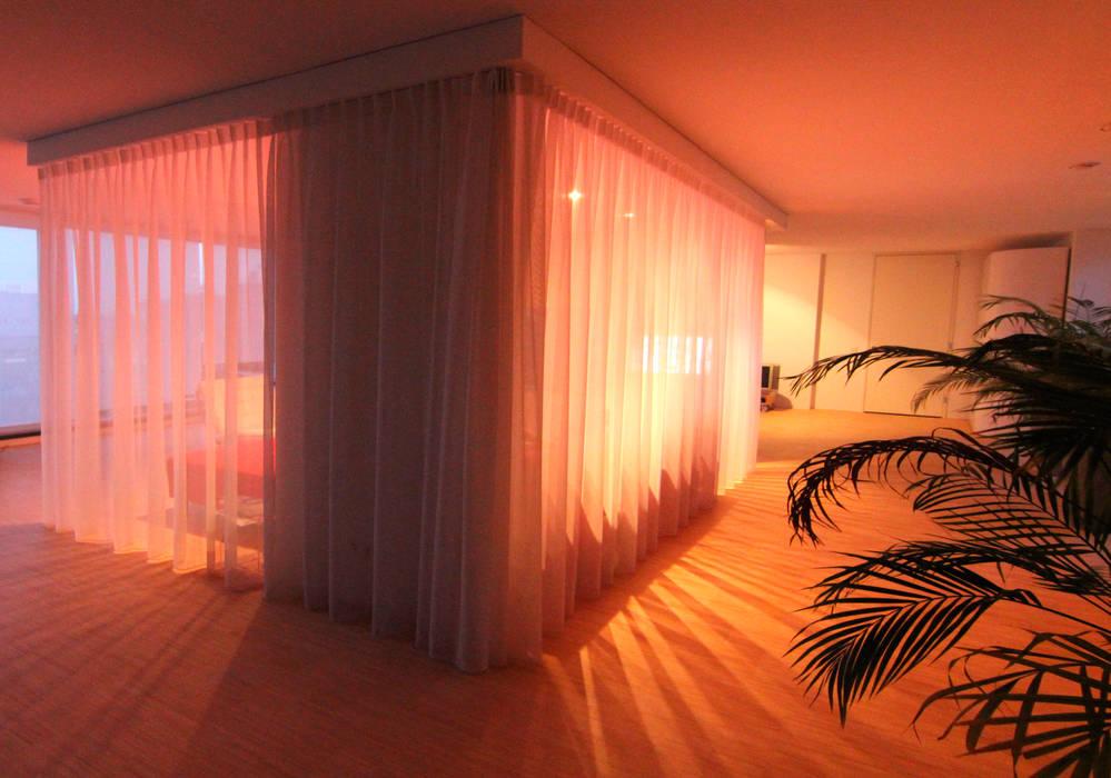 Transparantie en privacy door vitrage in de woonkamer Moderne woonkamers van PAA Pattynama Ahaus Architectuur Modern