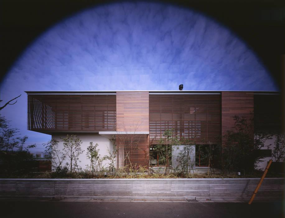 木ルーバーの家: 平林繁・環境建築研究所が手掛けた家です。,モダン