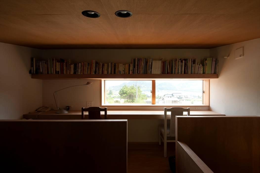 2階個室南をみる: 宇佐美建築設計室が手掛けた書斎です。
