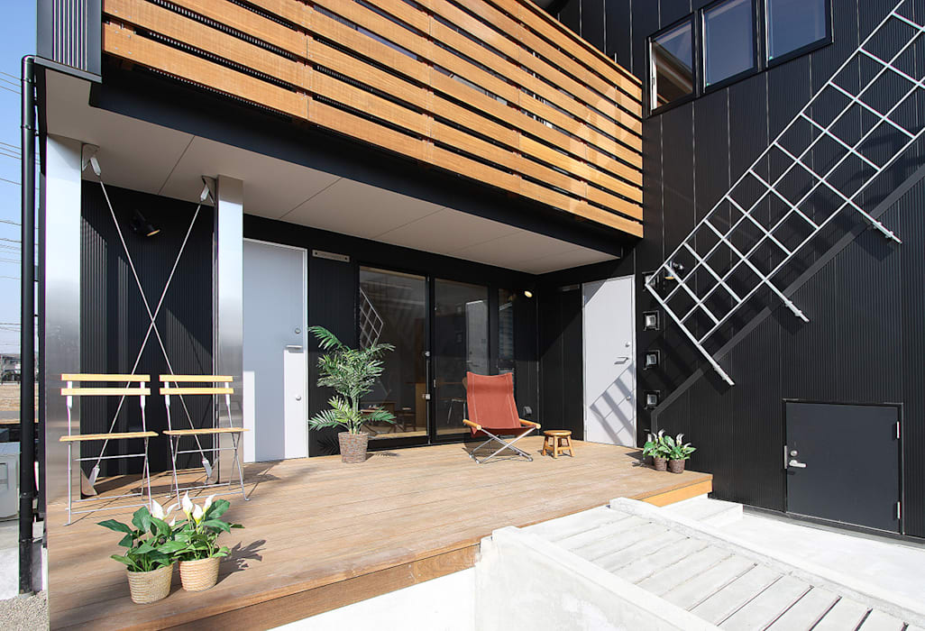 エントランスの大きなウッドデッキ: 遠藤浩建築設計事務所 H,ENDOH  ARCHTECT  &  ASSOCIATESが手掛けたベランダです。