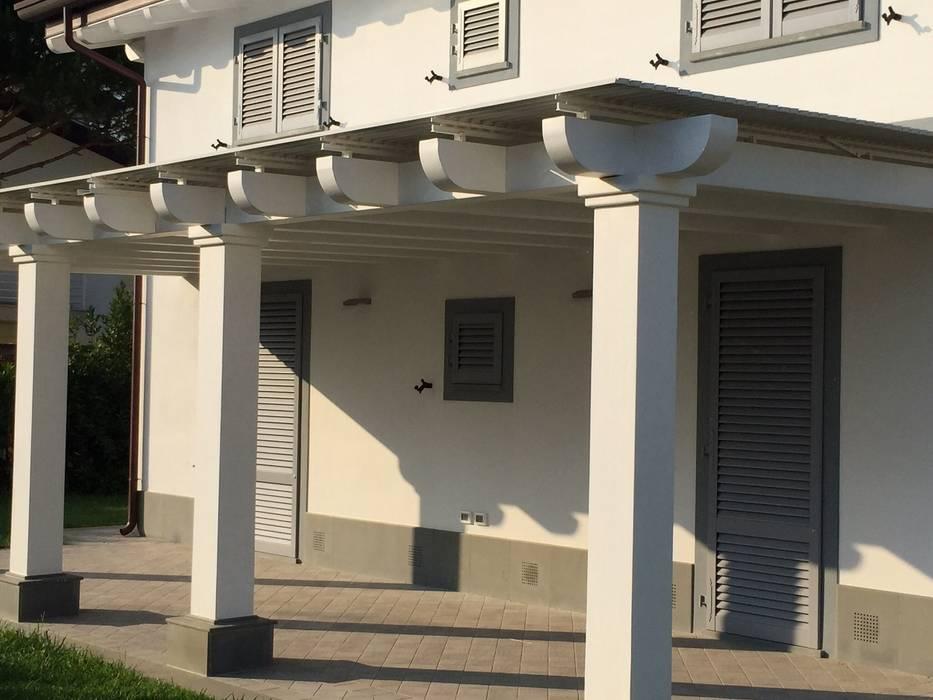 Veranda in legno: Terrazza in stile  di VIVERE IL FUORI