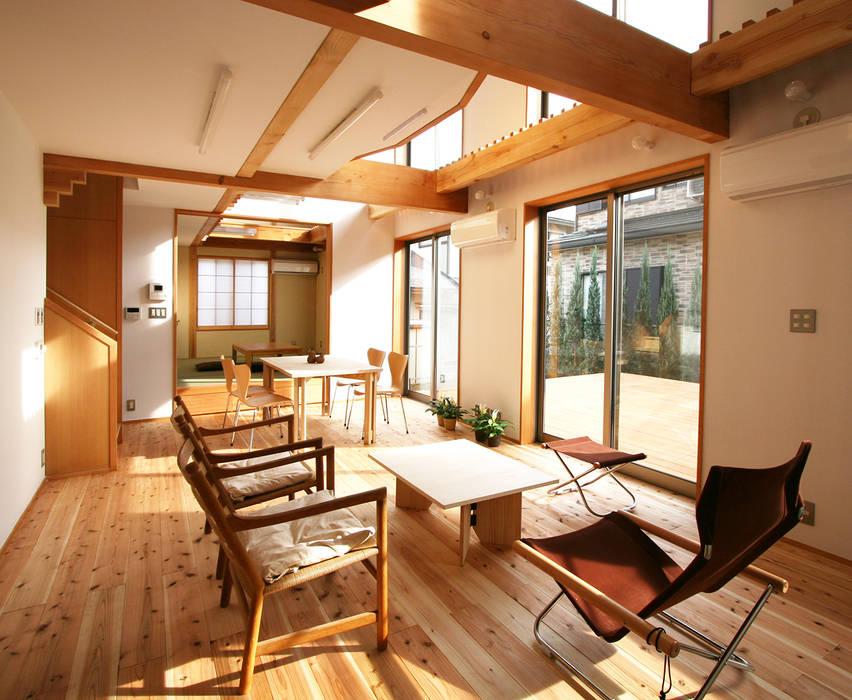 連続する居間・食堂・和室 モダンデザインの リビング の 遠藤浩建築設計事務所 H,ENDOH ARCHTECT & ASSOCIATES モダン