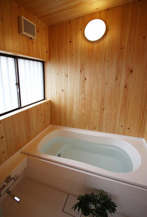 ハーフユニット上部ヒノキ貼の浴室: 遠藤浩建築設計事務所 H,ENDOH  ARCHTECT  &  ASSOCIATESが手掛けた浴室です。