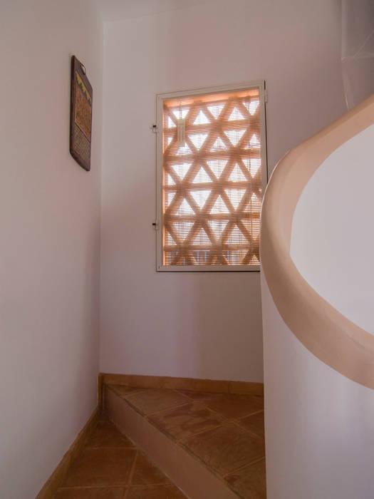 Ventana tamizada con celosía de obra por el exterior Puertas y ventanas rústicas de FGMarquitecto Rústico