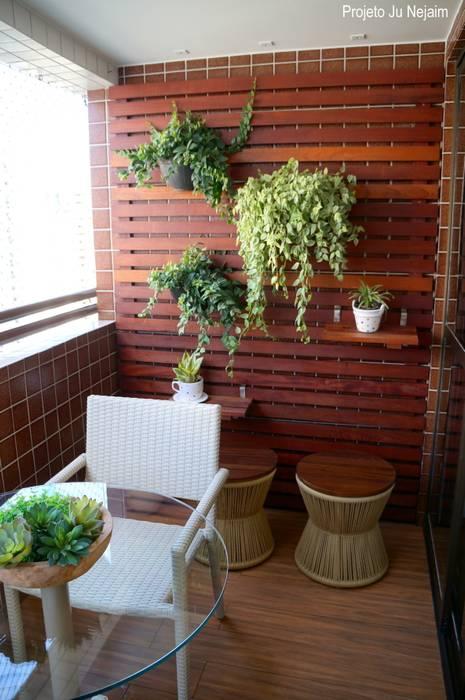 Nowoczesny balkon, taras i weranda od Ju Nejaim Arquitetura Nowoczesny