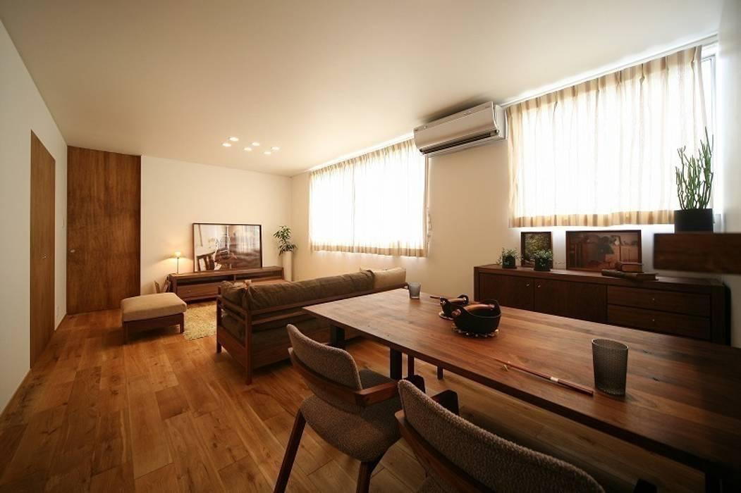 Living room by zuiun建築設計事務所 / 株式会社 ZUIUN