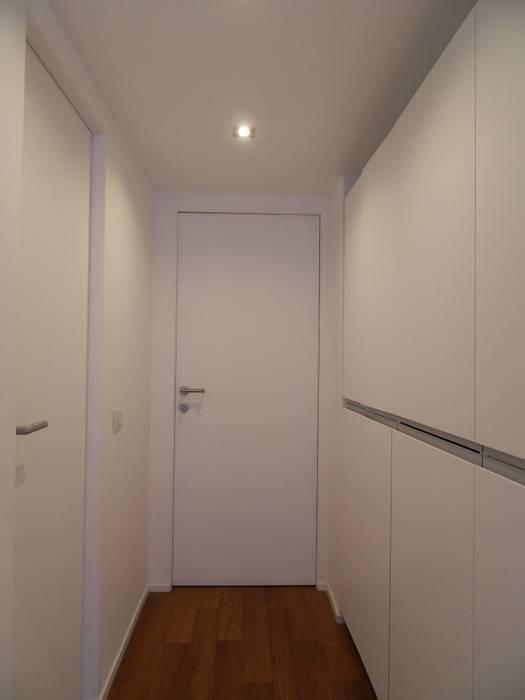 Minimalist corridor, hallway & stairs by gk architetti (Carlo Andrea Gorelli+Keiko Kondo) Minimalist