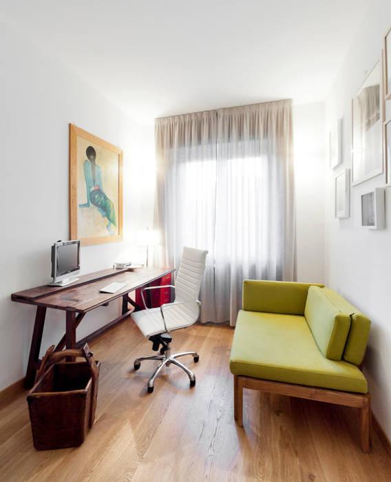 Bureau moderne par 23bassi studio di architettura Moderne Bois Effet bois