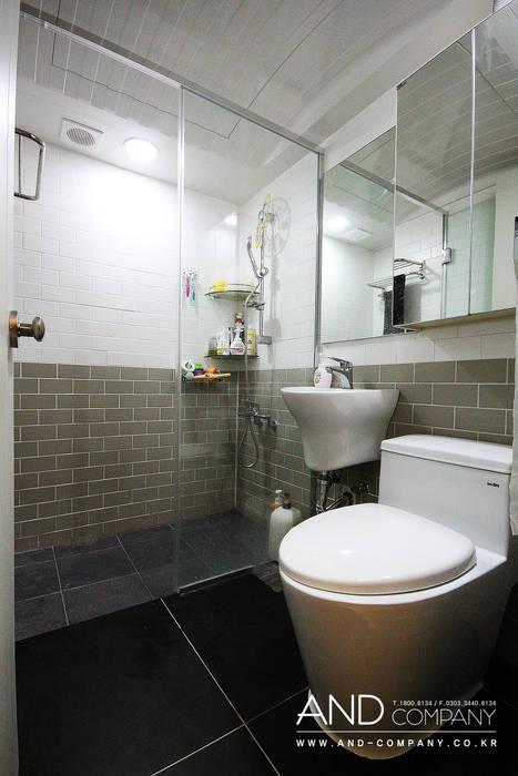 서재를 거실로, 거실을 서재로 모던스타일 욕실 by 앤드컴퍼니 모던
