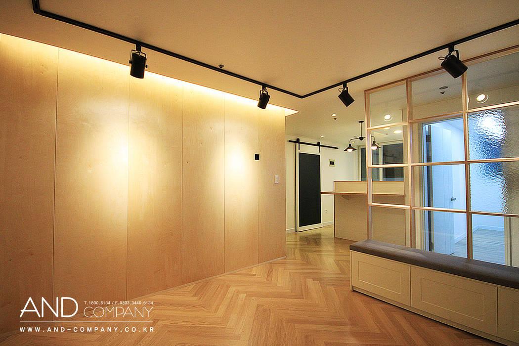 서재를 거실로, 거실을 서재로: 앤드컴퍼니의  거실,