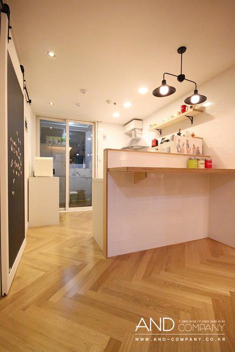 서재를 거실로, 거실을 서재로 모던스타일 다이닝 룸 by 앤드컴퍼니 모던