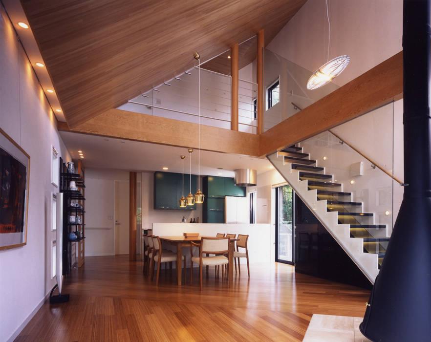 蓼科の家: 加藤將己/将建築設計事務所が手掛けたリビングルームです。