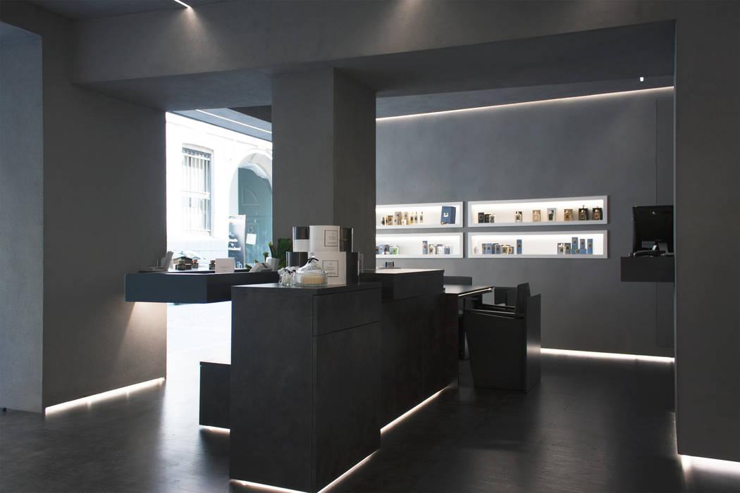 bancone centrale: Negozi & Locali commerciali in stile  di Giemmecontract srl.