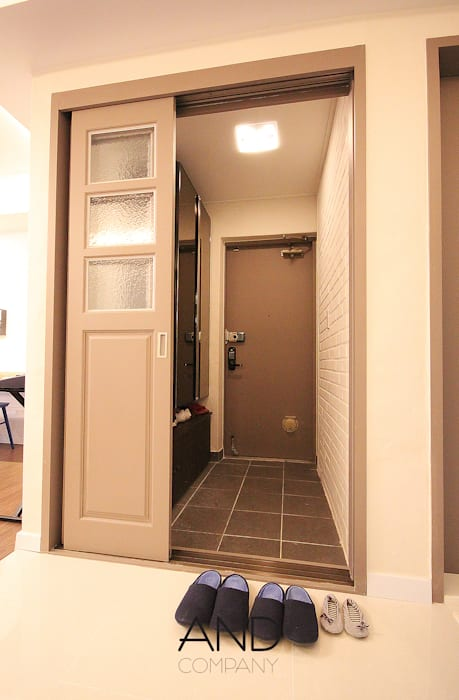 Corridor & hallway by 앤드컴퍼니, Modern
