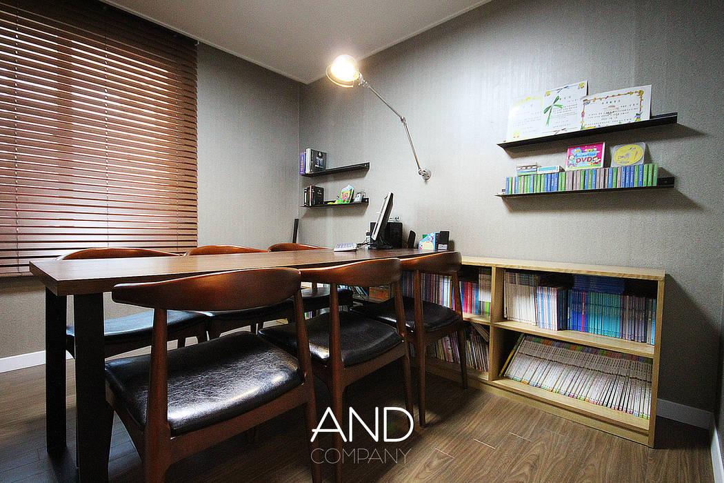 Oficinas de estilo moderno de 앤드컴퍼니 Moderno