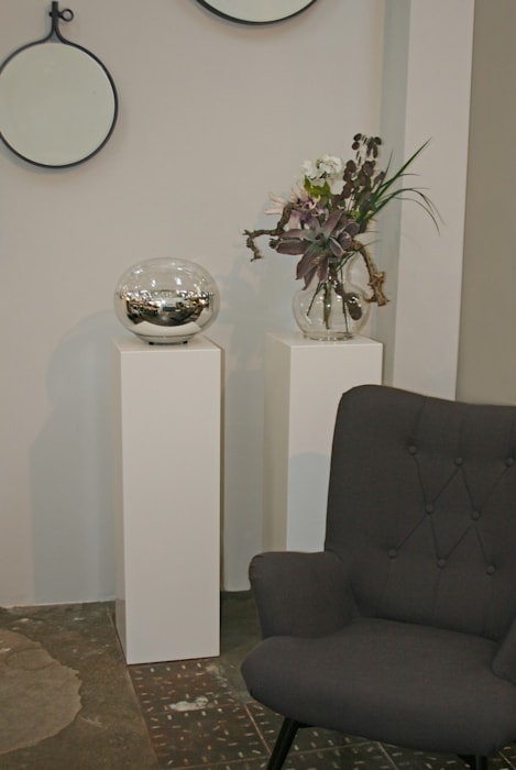 Strakke witte sokkels om accessoires en bloemwerk tot hun recht te laten komen.:  Studeerkamer/kantoor door Solits, Minimalistisch