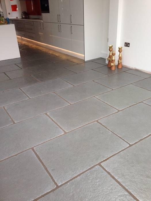 Worn Grey Limestone Nhà bếp phong cách mộc mạc bởi Floors of Stone Ltd Mộc mạc