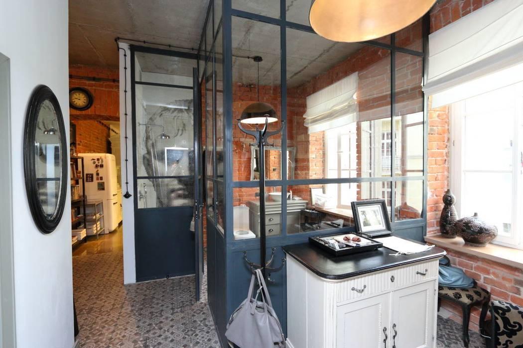 loft na Pradze Północ Industrialny korytarz, przedpokój i schody od livinghome wnętrza Katarzyna Sybilska Industrialny