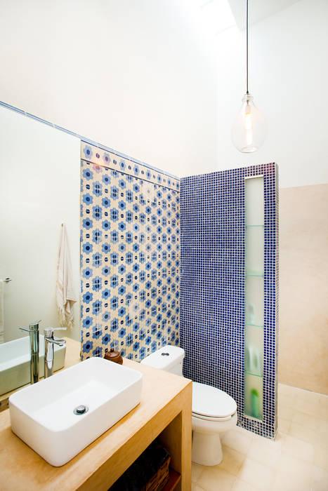 Eclectic style bathroom by Taller Estilo Arquitectura Eclectic