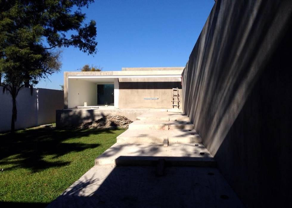 Casa Muestra : Pasillos y recibidores de estilo  por Integra RH SA de CV