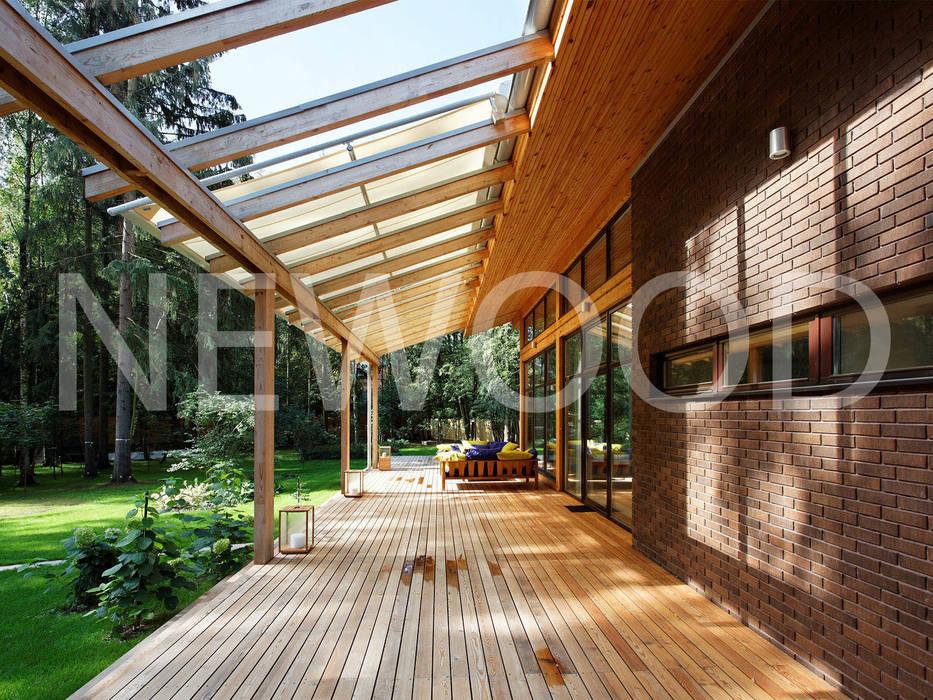 """Дом """"Woodlark"""" - комбинированные конструкции: Tерраса в . Автор – NEWOOD - Современные деревянные дома, Кантри"""