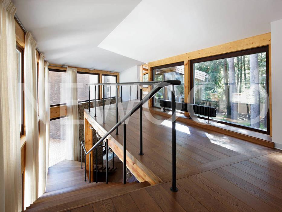 """Дом """"Woodlark"""" - комбинированные конструкции: Коридор и прихожая в . Автор – NEWOOD - Современные деревянные дома, Кантри"""