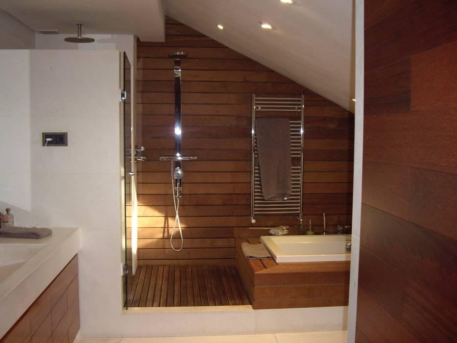 Vista del baño con bañera y ducha. Suelo de madera.: Baños de estilo moderno de DE DIEGO ZUAZO ARQUITECTOS