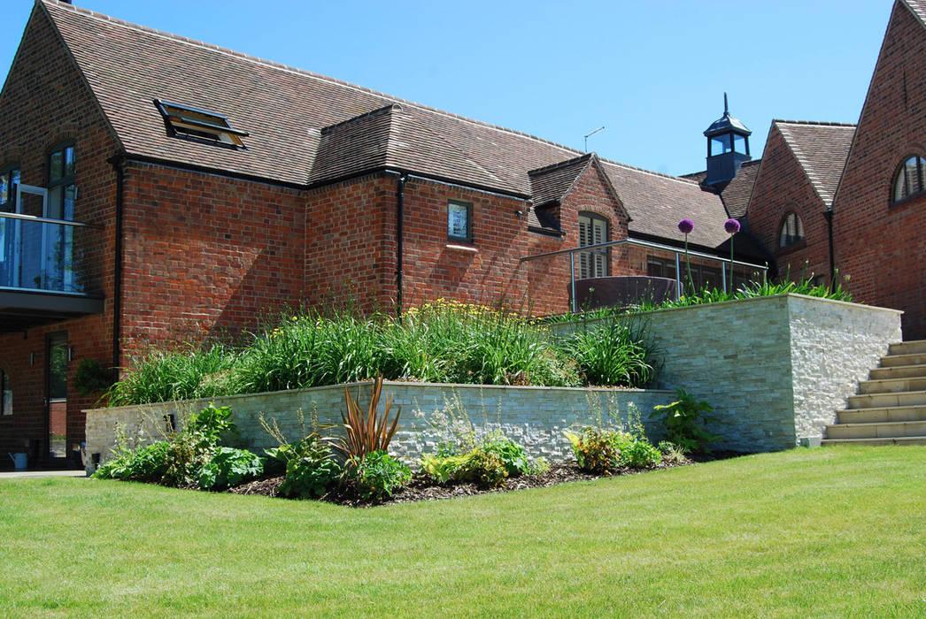 Raised beds and terracing Lush Garden Design Moderne tuinen