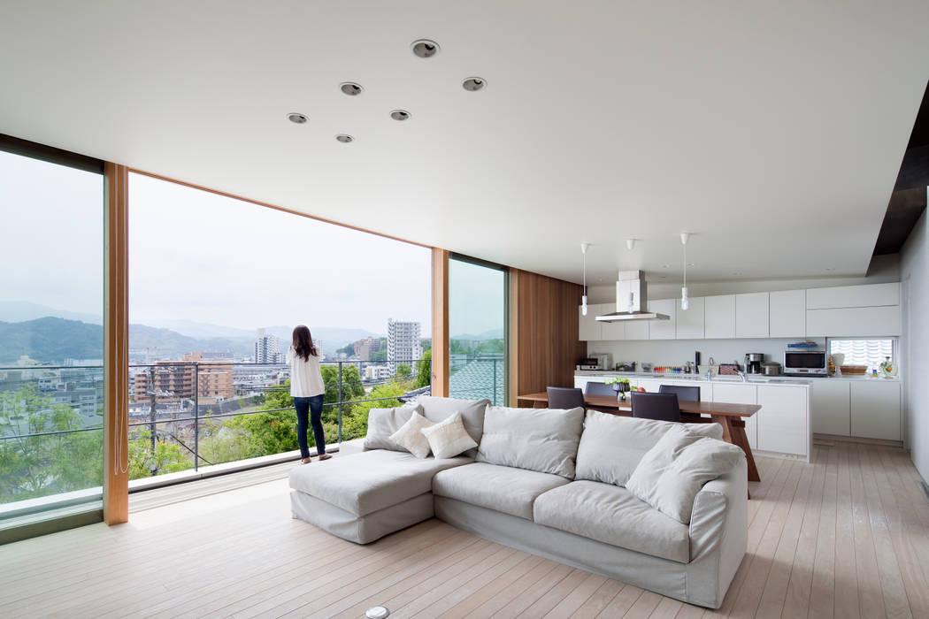 HILL HOUSE: プラスアトリエ一級建築士事務所が手掛けたリビングです。,