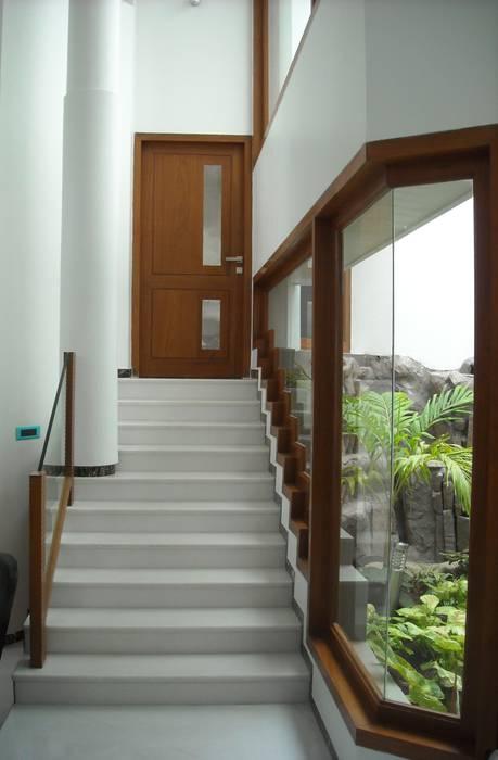 DR.BALAMURUGAN RESIDENCE Modern windows & doors by Muraliarchitects Modern