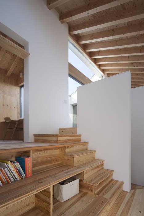 Hành lang, sảnh & cầu thang phong cách hiện đại bởi プラスアトリエ一級建築士事務所 Hiện đại