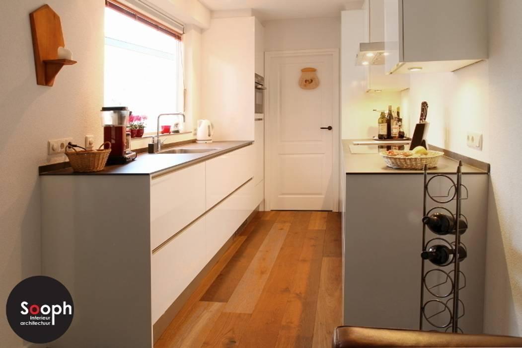Moderne greeploze keuken:  Keuken door Sooph Interieurarchitectuur