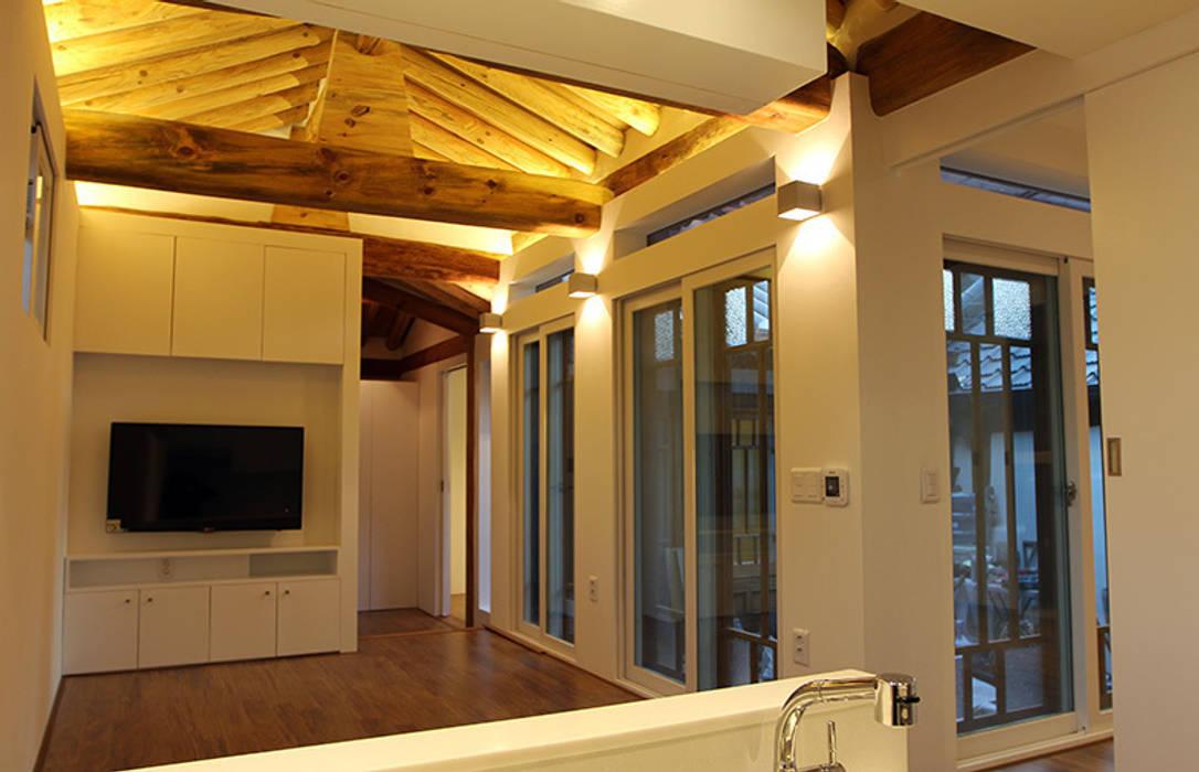 거실: 라이프인스탈로의  거실