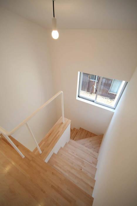 Pasillos, vestíbulos y escaleras de estilo minimalista de Spell Design Works Minimalista