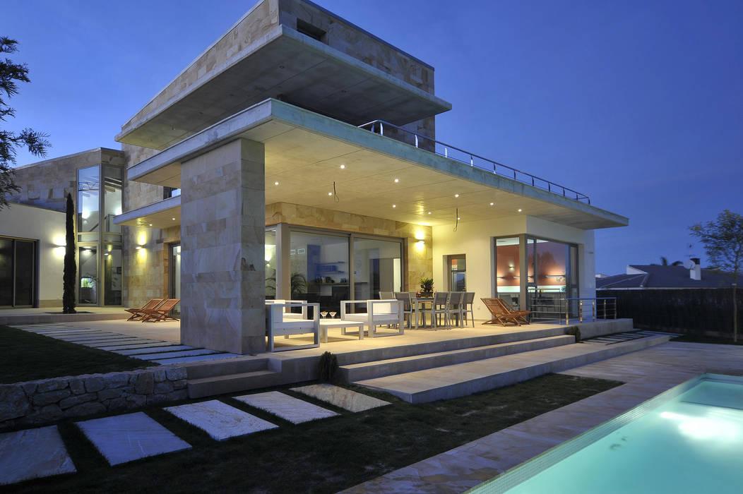 Vista del porche Casas de estilo mediterráneo de Chiarri arquitectura Mediterráneo