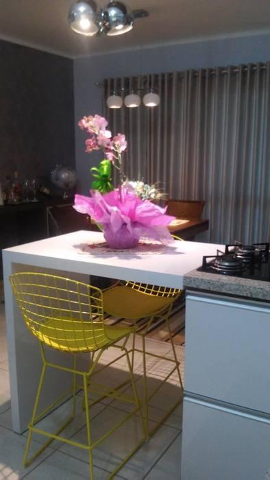 Apartamento: Cozinha  por Daiana Pasqualon Arquitetura & Lighting