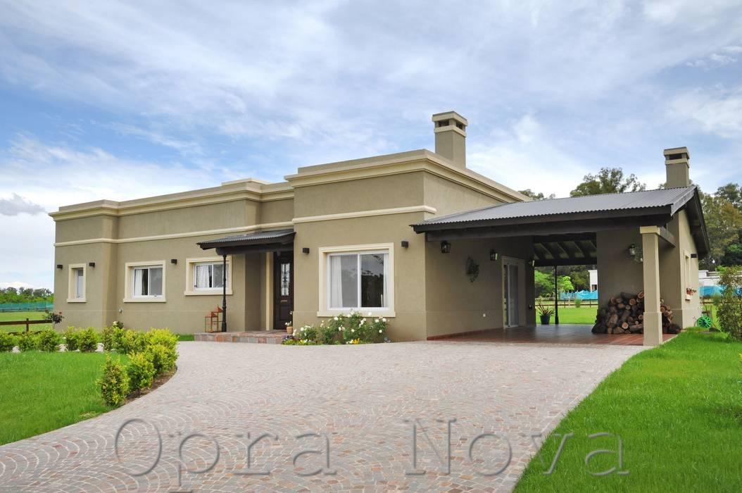 Fachada Frente: Casas de estilo  por Opra Nova - Arquitectos - Buenos Aires - Zona Oeste,Rural